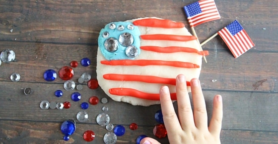 This patriotic play dough kit for kids is perfect for the 4th of July! It can also be use for generic themes as well and adapted easily. Kids love it!