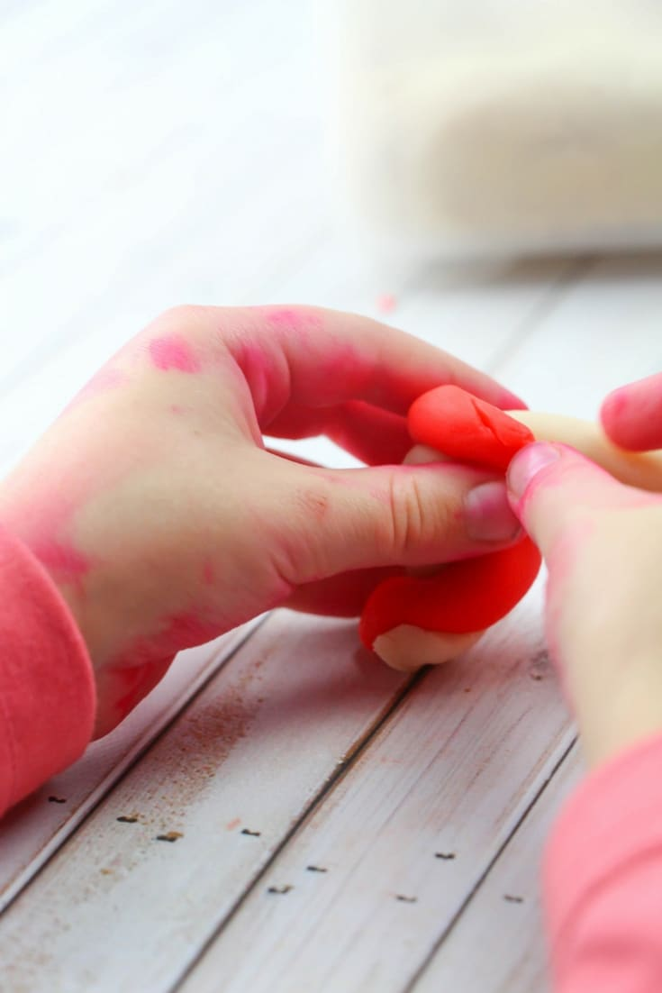 This Christmas play dough kit is so fun for the classroom or even a great home-made Christmas gift! It makes a great Christmas sensory activity, too!