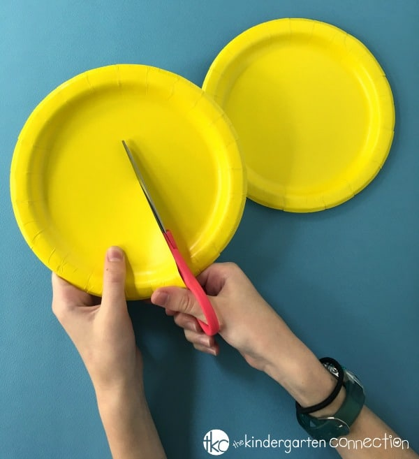This paper plate sun craft is the perfect summer craft for kids! It makes a great bulletin board display, and is great for cutting and fine motor!