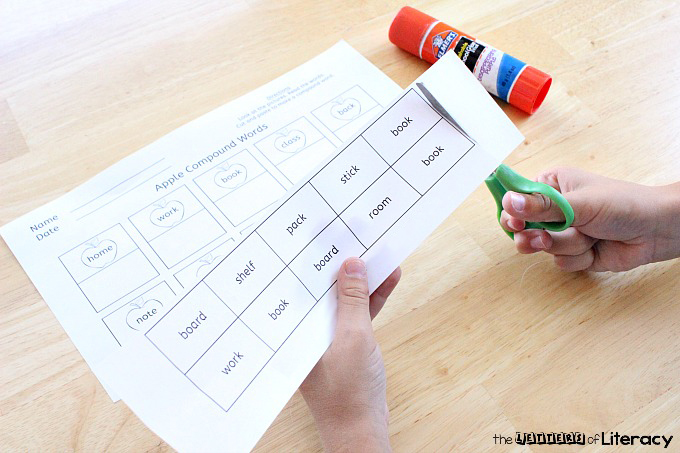 Learning compound words? This apple themed compound words printable is perfect for 1st and 2nd graders who are learning this reading skill this fall!