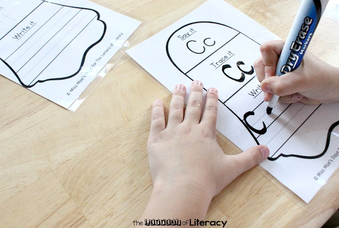 This FREE ghost themed tracing letters activity is a perfect handwriting activity and literacy center for kindergarteners this Halloween!
