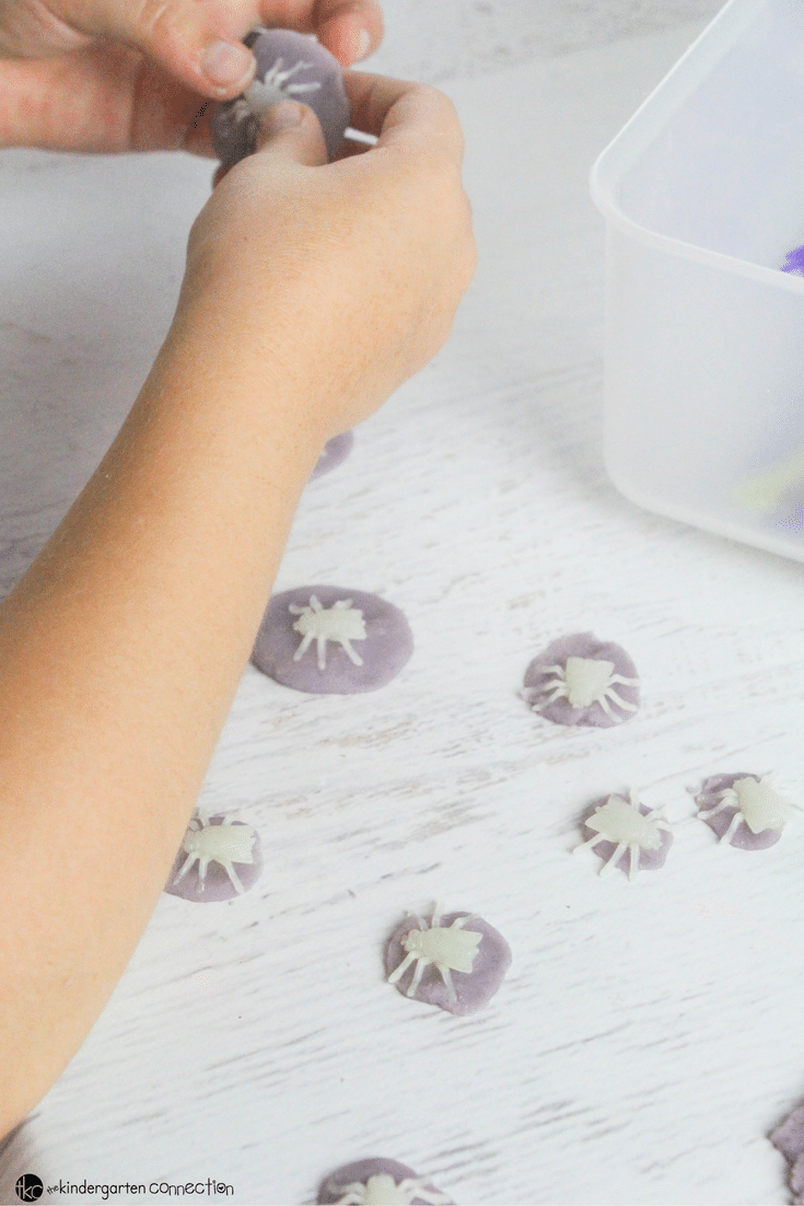 Have fun with hands on Halloween sensory play with this awesome Halloween play dough kit! Perfect for the classroom or home.