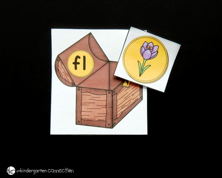 This treasure chest beginning blends match is such a fun reading activity or literacy center for Kindergarteners and First Graders!