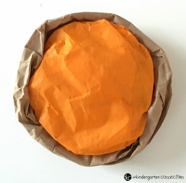 This pretend play pumpkin pie craft is so fun for a Thanksgiving craft in the classroom! It would be perfect to use in a dramatic play center or small group activity in Kindergarten!