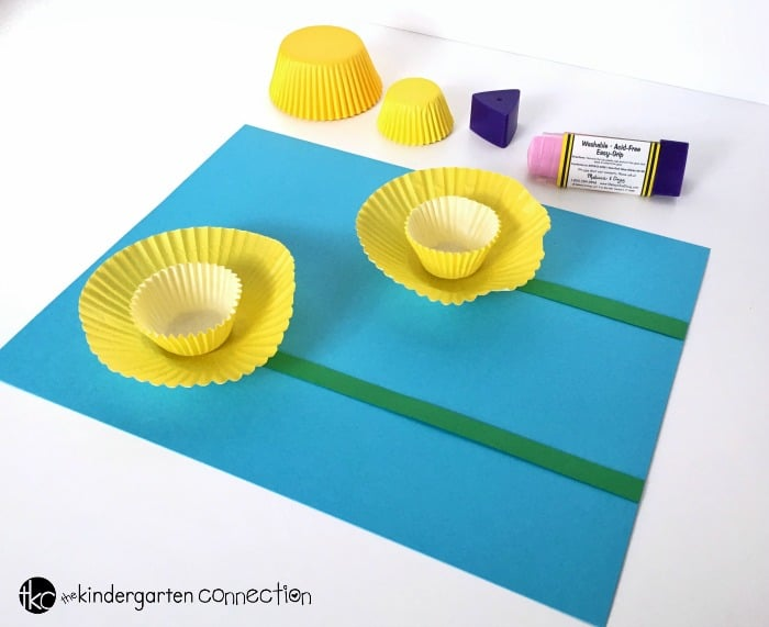 This Easy Daffodil Spring Craft is a fun way to celebrate spring! Such a fun spring bulletin board or Mother's Day craft!