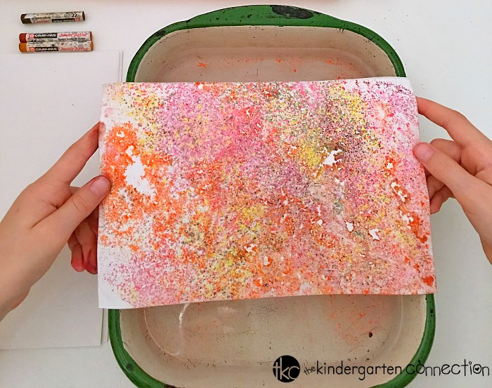 Looking for a fun fall art project to do with your kids? This fall tree art activity looks tricky, but it is actually really simple and fun!