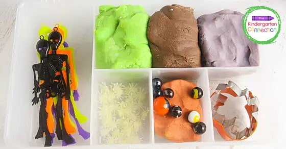 This Halloween play dough kit is so versatile and so easy to put together.